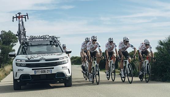 Coureurs de l'équipe AG2R CITROËN TEAM sur leur vélo