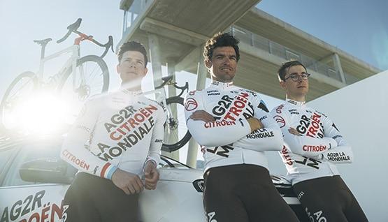 Trois coureurs de AG2R CITROËN TEAM portant le maillot de l'équipe
